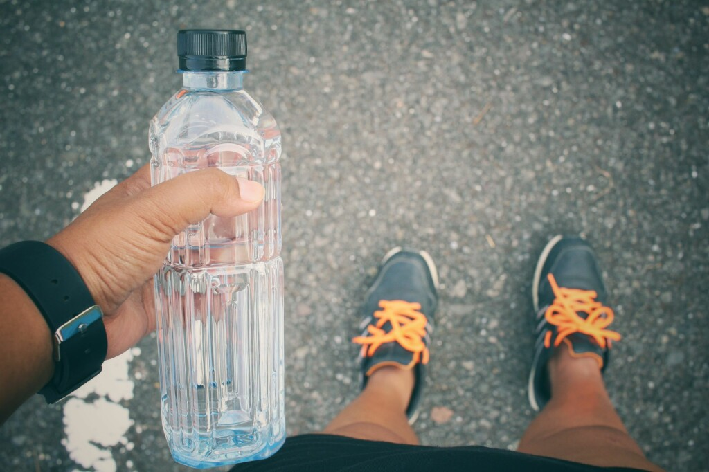 <b>TRENGER IKKE SÅPE:</b> Selv om spytt og sukkerholdig drikke kan gi grobunn for bakterier i drikkeflasken din, er det i de fleste tilfeller nok å bare skylle den. Foto: SHUTTERSTOCK/NTB SCANPIX