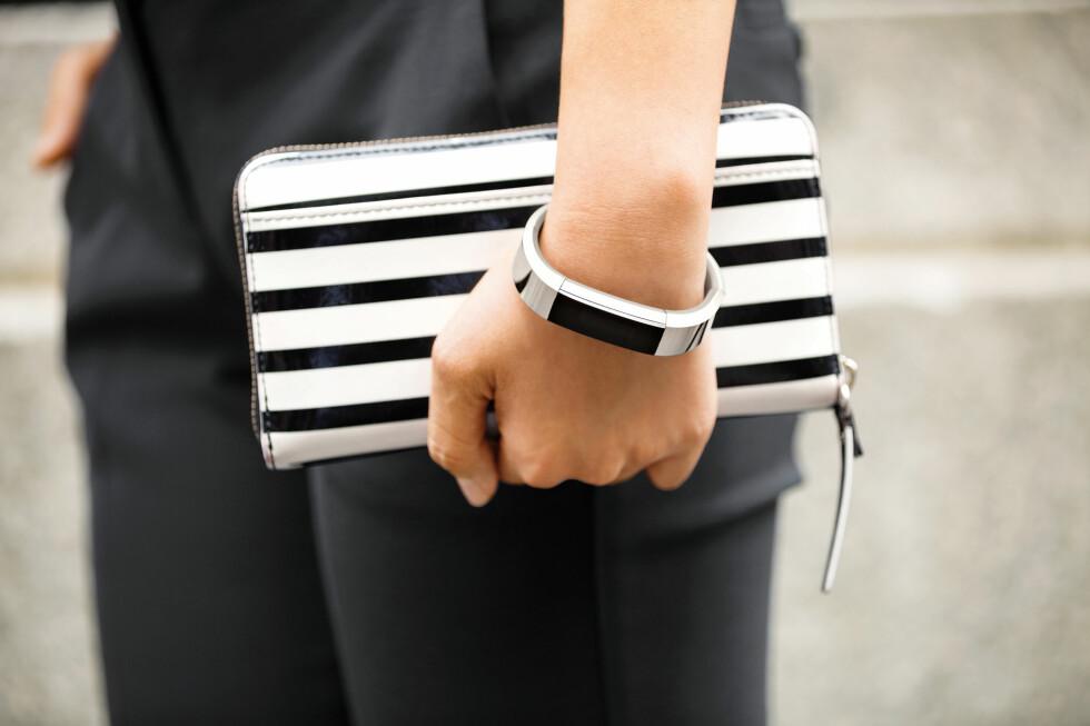 PENT AKTIVITETSARMBÅND: Endelig lanserer Fitbit et aktivitetsarmbånd som ikke ser ut som en billig plastdings. Foto: FITBIT