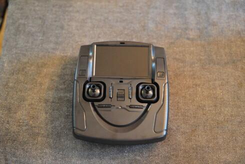 """MED SKJERM: Fjernkontrollen som følger med Hubsan-dronen har en egen 4"""" skjerm som viser det kameraet fra dronen ser. Via knappene ved siden av kan du enkelt starte/stoppe opptak og ta bilder. Foto: PÅL JOAKIM OLSEN"""