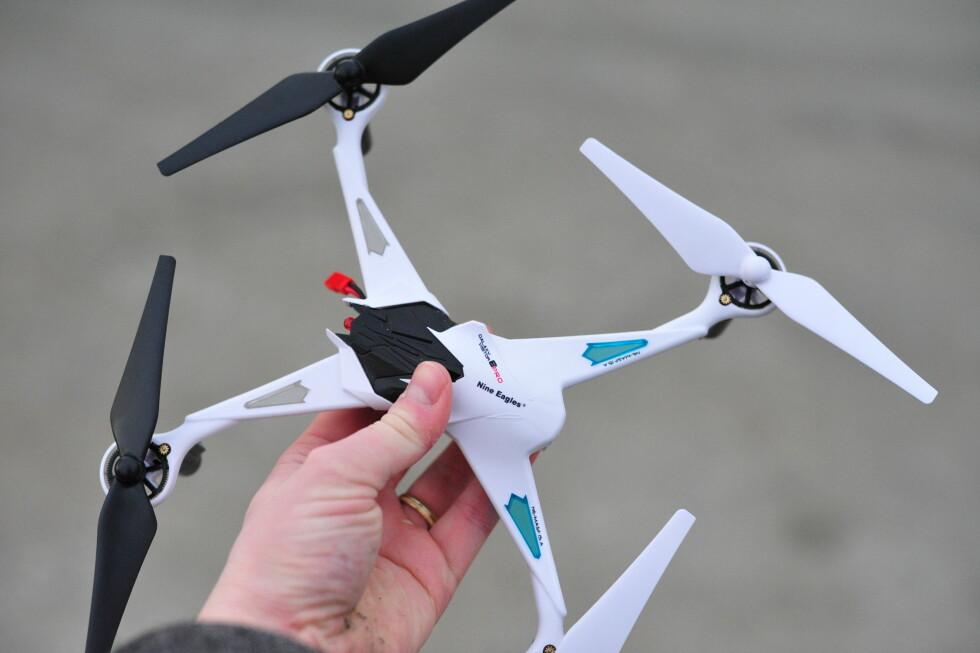LITT STØRRE: Dronen fra Nine Eagles måler cirka 25x25cm. Foto: PÅL JOAKIM OLSEN