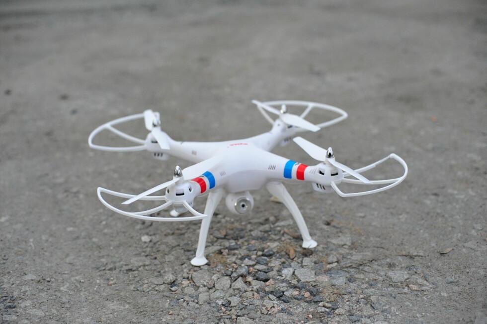STOR: Syma X8W er en større drone som måler omtrent en halvmeter i hver retning. Foto: PÅL JOAKIM OLSEN