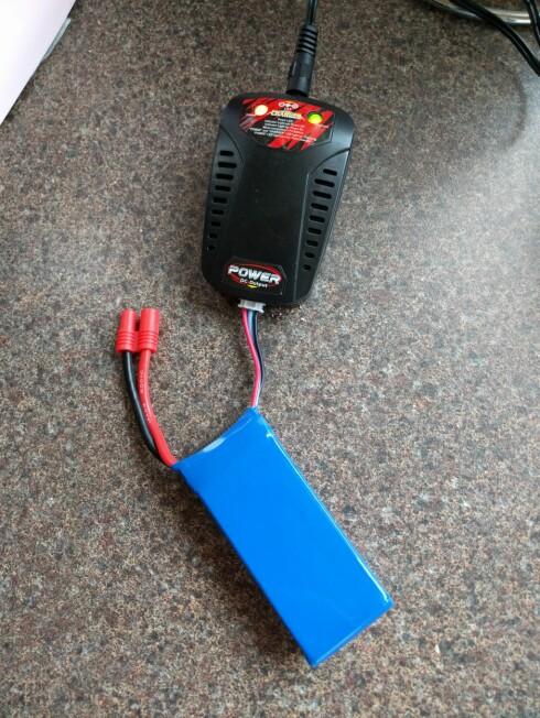 LANG TID: Dronen fra Syma må lades i tre timer når batteriet er tomt. Laderen gir også noen høyfrekvente ulyder mens vi lader. Foto: PÅL JOAKIM OLSEN