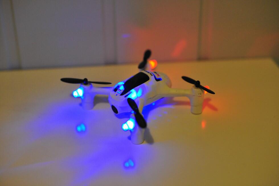 SEES I MØRKET: Alle dronene har lys med forskjellig farge foran og bak slik at det blir lettere å se hvilken vei den flyr. Foto: PÅL JOAKIM OLSEN