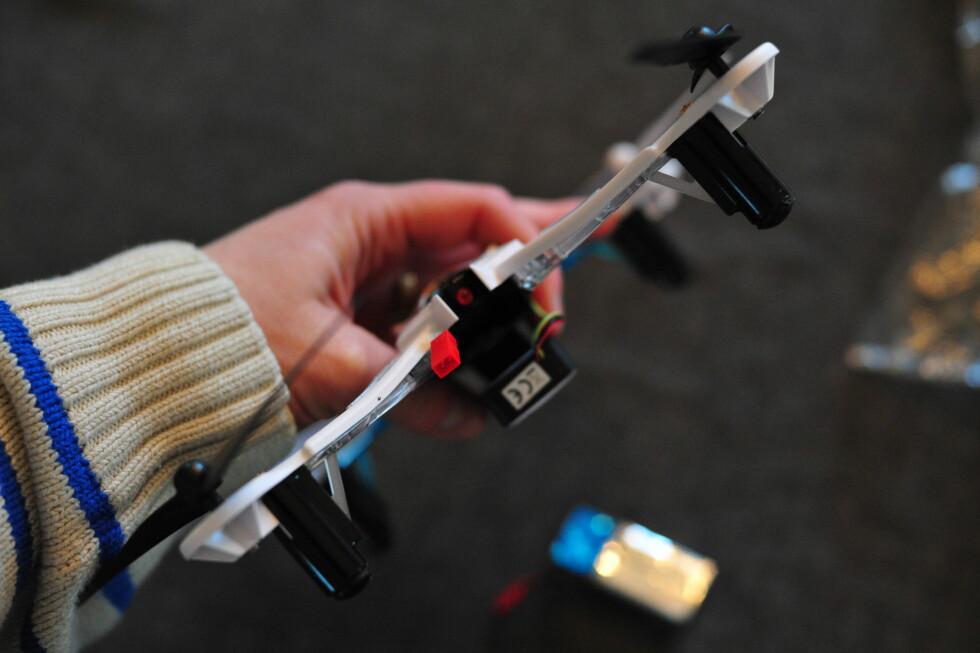 EGEN LUKE: Batteriet plasseres i en egen luke bak på Nine Eagles-dronen og kobles til den røde pluggen. Foto: PÅL JOAKIM OLSEN