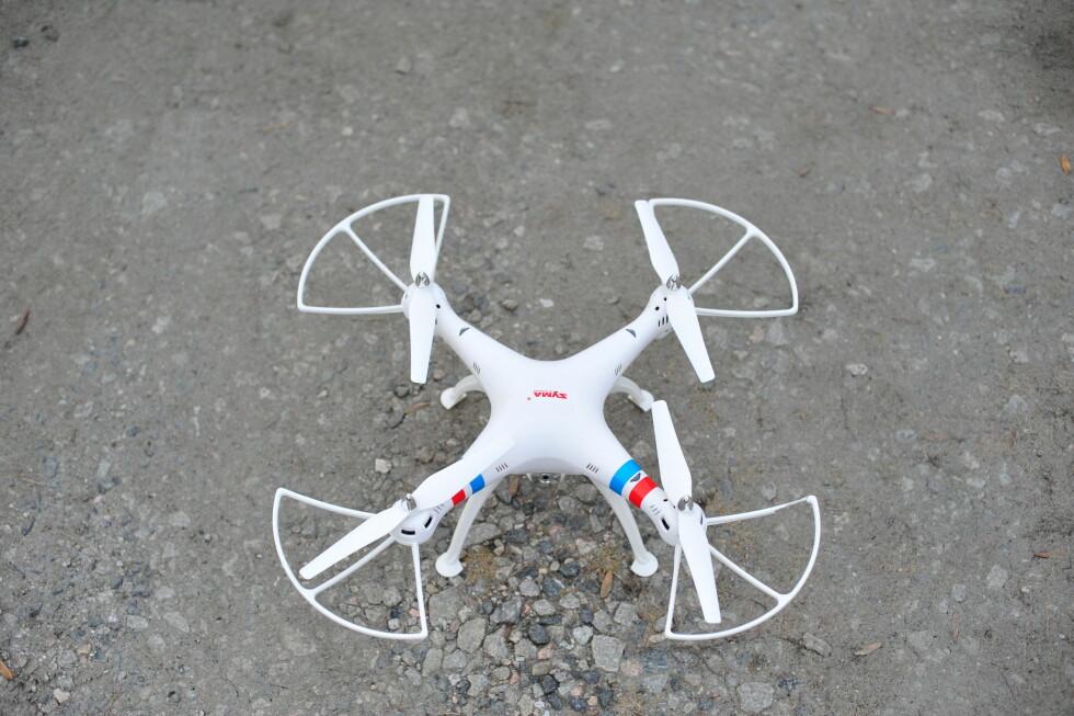 LANGE BEN: Landingsbena på Syma-dronen har god lengde slik at kameraet aldri er i nærheten av bakken. Et par harde landinger gjorde imidlertid at et par av rotorbeskytterne fikk en liten knekk. Foto: PÅL JOAKIM OLSEN