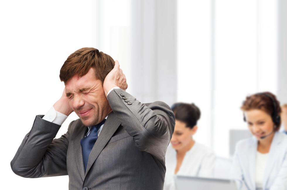 PLAGSOMT: Støy trenger ikke å være så vondt som denne mannen gir uttrykk for. Likevel mener 70 prosent av norske kontoransatte at de jevnlig påvirkes negativt av støy på arbeidsplassen. Foto: SHUTTERSTOCK