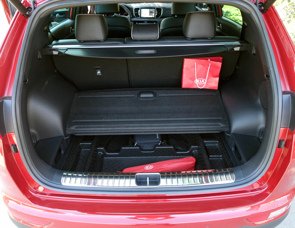 GANSKE ROMSLIG: Hjulbuene tar en del plass, men 503 liter er godt med plass i en såpass kompakt SUV. Foto: KNUT MOBERG