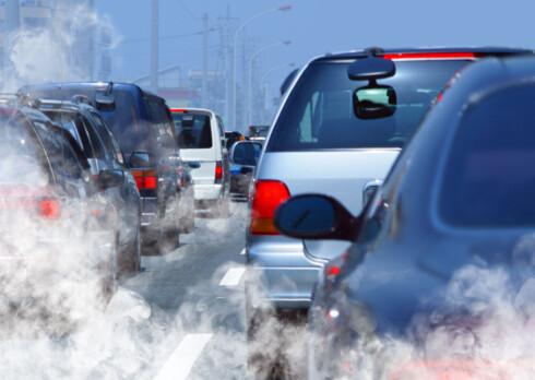 MINDRE SVEVESTØV FRA BIL ENN FRA OVN: Biltrafikken avgir mindre svevestøv og partikler på landsbasis, enn vedfyring. Ser vi på utslippet av PM10 (svevestøv), som er støvpartiklar med diameter på 10 µm og mindre, stammer 46 prosent fra vedfyring og kun 2 prosent fra veitrafikk. Foto: SHUTTERSTOCK/NTB SCANPIX