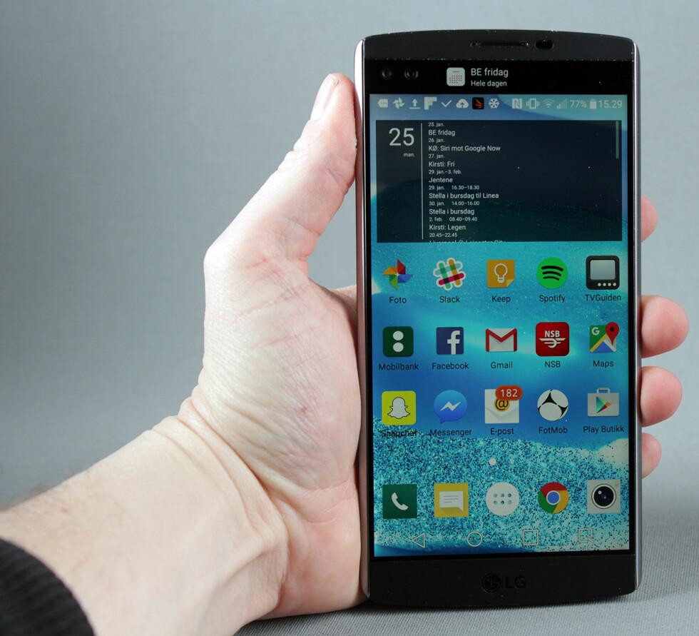 STOR TELEFON: Med 5,7 tommer + 2,1 tommers skjermer er LG V10 en av de største telefonene i dagens marked. Foto: PÅL JOAKIM OLSEN
