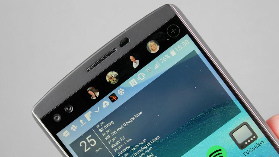 TO SKJERMER OG TO KAMERAER: LG V10 har en ekstra skjerm på toppen, for eksempel med snarveier til favorittkontaktene. Den har også to frontkameraer, som du ser til venstre. Foto: PÅL JOAKIM OLSEN