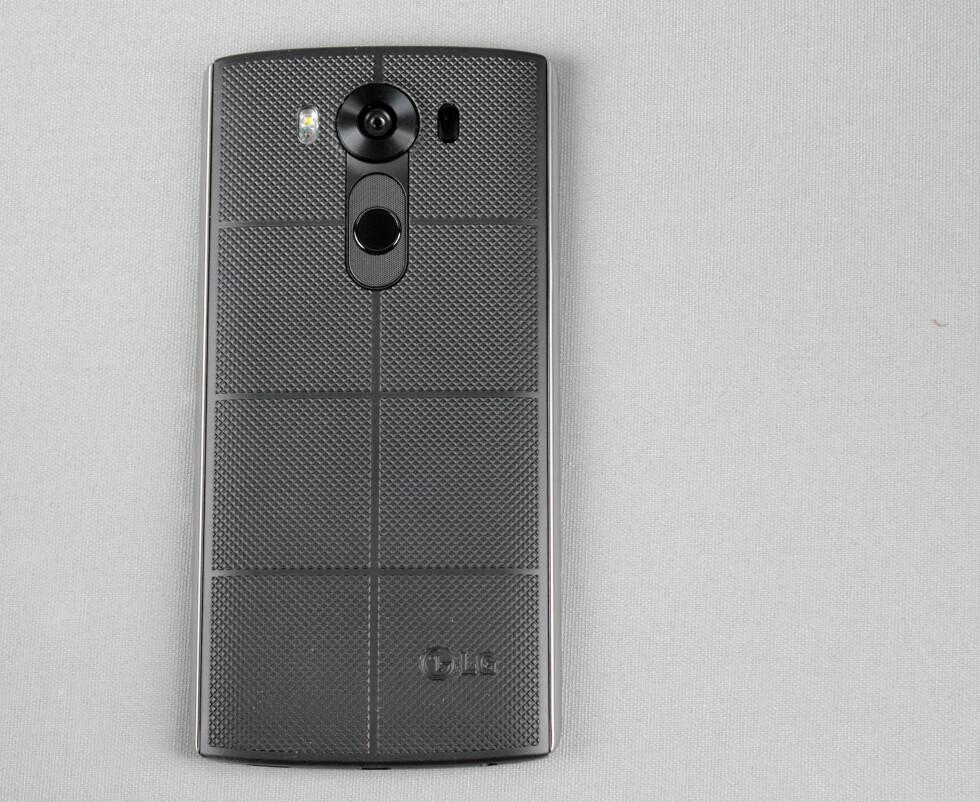 IKKE SOM DE ANDRE: Baksiden på LG V10 er ruglete og har en ganske utradisjonell design. Foto: PÅL JOAKIM OLSEN