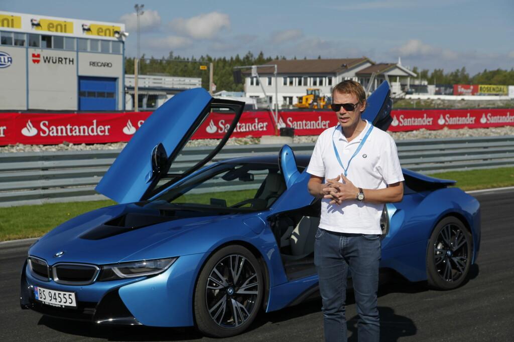 TAR GREP: BMW har fått et stort løft på digitale plattformer, blant annet en bilkonfigurator tilpasset mobil. Mye informasjon på forhånd gjør det enklere å velge bil uten å se og prøvekjøre først, mener Kommunikasjonsdirektør hos BMW, Kjetil Myhre. Han oppfordrer allikevel til å prøvekjøre før de bestemmer seg. Foto: RUNE M. NESHEIM