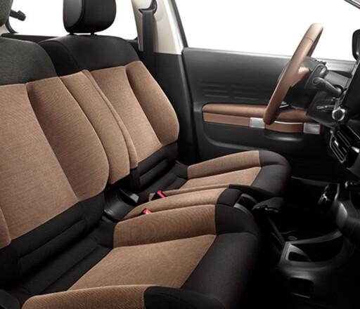 SOFAKOS: Komforten er svært god i den sofa-aktige løsningen foran i bilen.