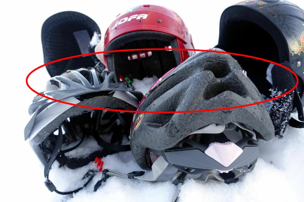 DETTE KAN VÆRE FARLIG: Skihjelmers utforming er ofte avrundet for at hjelmen ikke skal feste seg i snøen når man sklir nedover - og derved kunne gi gjentatte rykk og drag i nakken - mens en sykkelhjelm ofte er aerodynamisk utformet med visir og utspring bak - som altså kan være en potensiell fare mot snøen.                      Foto: KRISTIN SØRDAL
