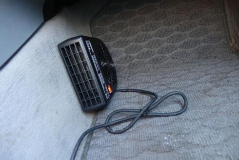 MONTERING: Kupévarmeren kan også monteres på en brakett nede ved fotbrønnen. Men det beste er å få vinklet den opp mot vinduene. Foto: ESPEN STENSRUD