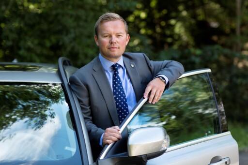 MILJØET TAPER FOR VALUTA: Volvos PR- og kommunikasjonsdirektør Rune Gutteberg Hansen forklarer at svekket krone gjør at prisene må økes med rundt fem prosent. Foto: VOLVO