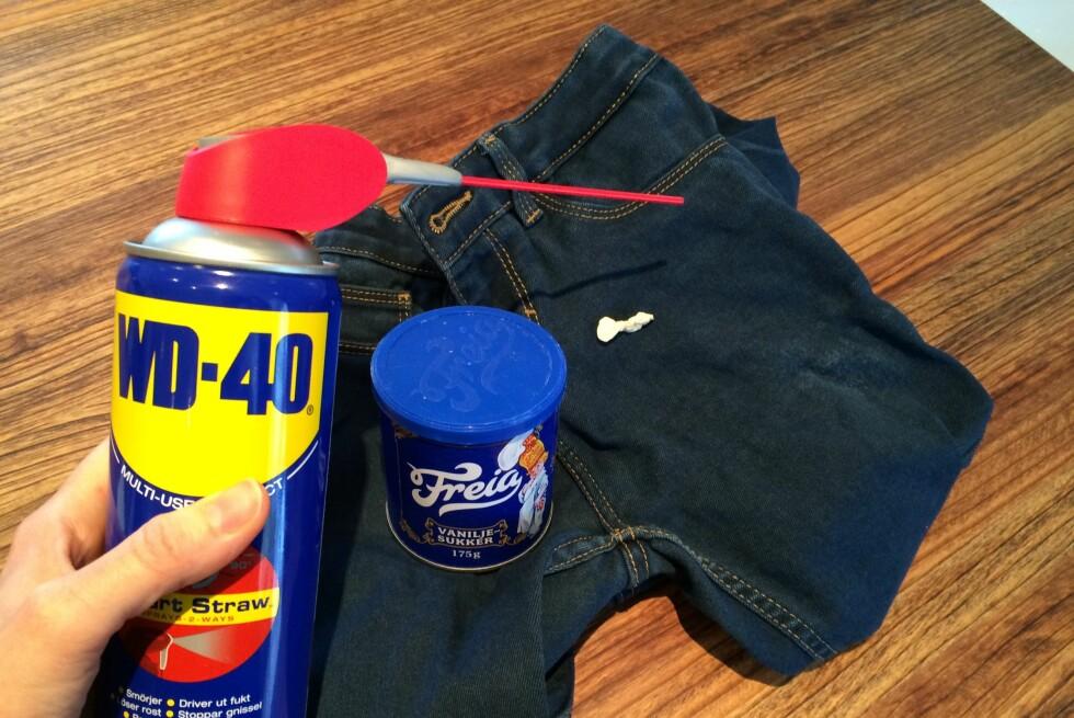 KILLER-KOMBINASJON: Når ingenting annet virket: WD-40 løser opp tyggisflekken og vaniljesukkeret tar lukta etterpå. Foto: KRISTIN SØRDAL