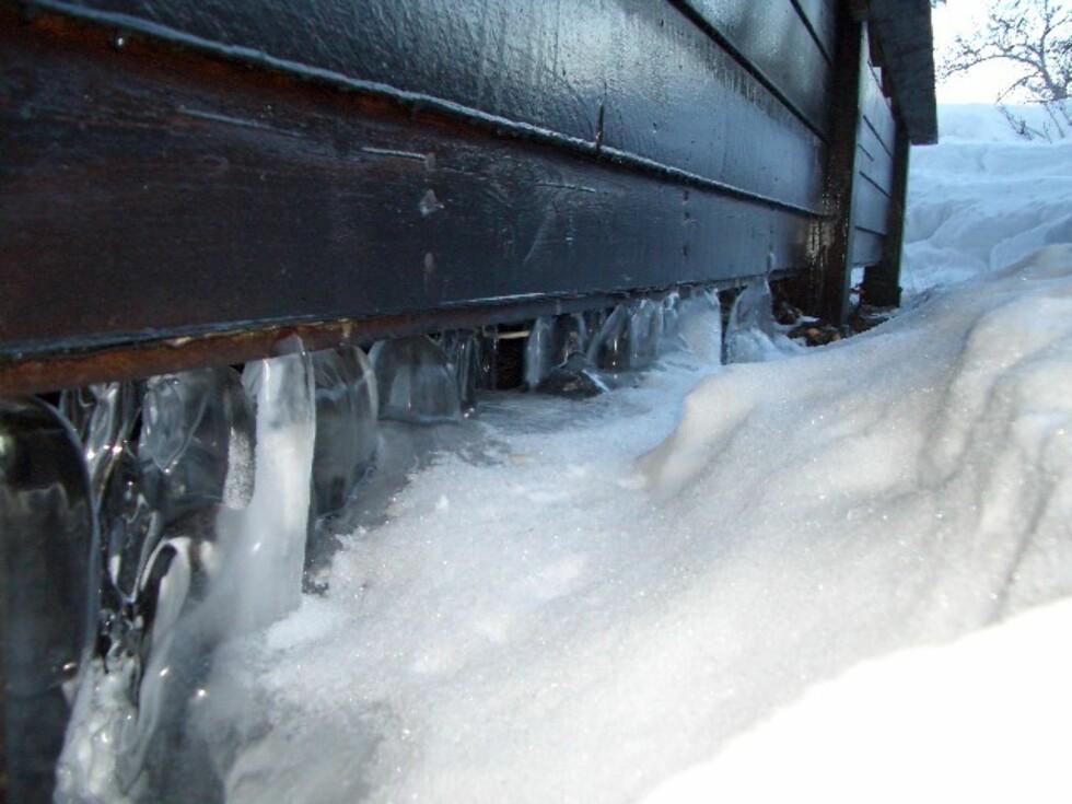Is etter frostskade under hus. Foto: TRYG FORSIKRING