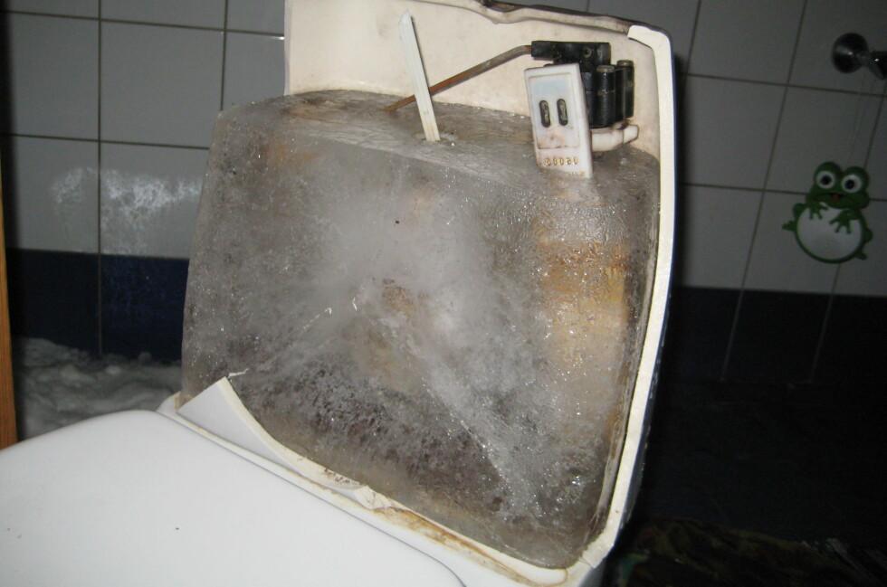 SÅ ILLE KAN DET GÅ: Forsikringsselskapene anbefaler folk å fylle toaletter og vannlåser med frostfri væske for å unngå dette. Foto: GJENSIDIGE FORSIKRING