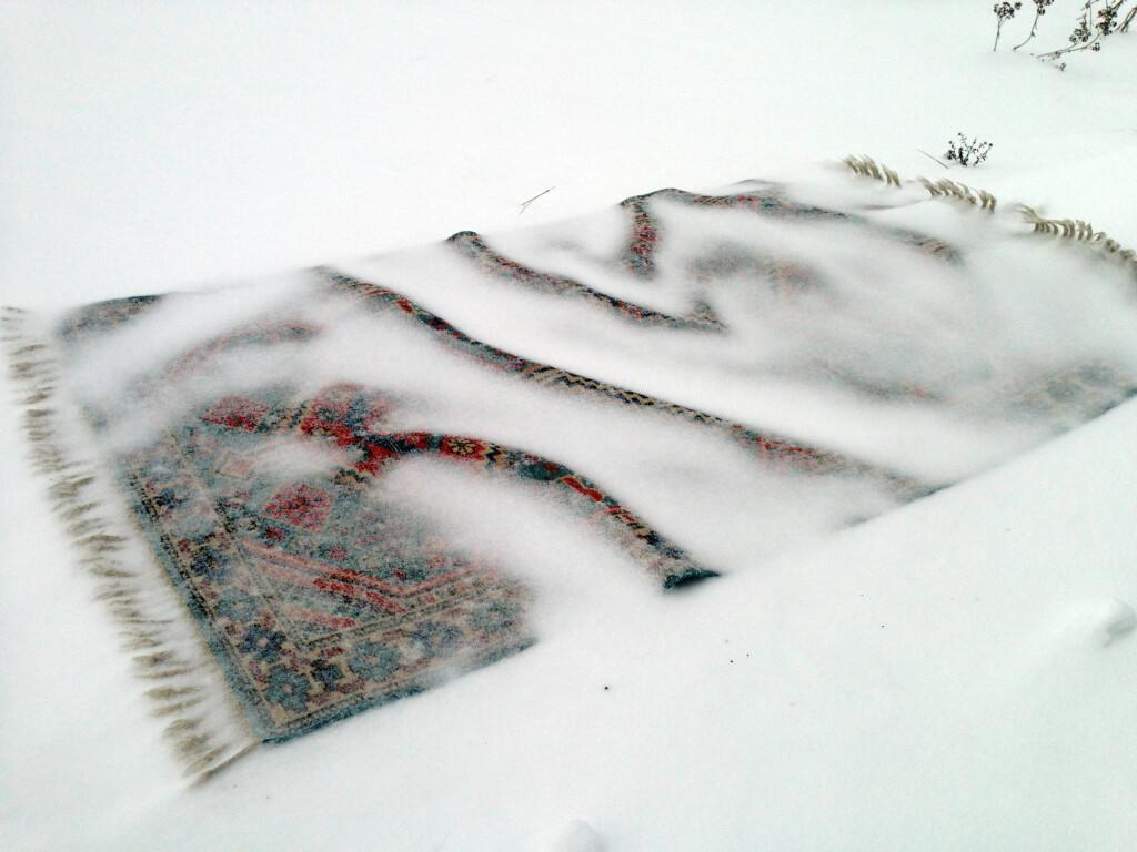 LA SNØEN GJØRE VASKEJOBBEN: Snø er vann, i fast form: Slik vasker du tepper og annet som du ellers ikke vil bløtlegge. Foto: KAROLINE BRUBÆK