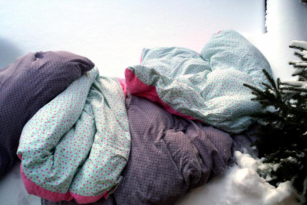 <b>LA KULDA GJØRE JOBBEN:</b> Hiv dyner, puter, madrasser, tepper, kjøkkenstoler, sofaputer og annet du ellers vanskelig får vasket, ut i kulda - og la snøen og kulda rense opp. Foto: KRISTIN SØRDAL