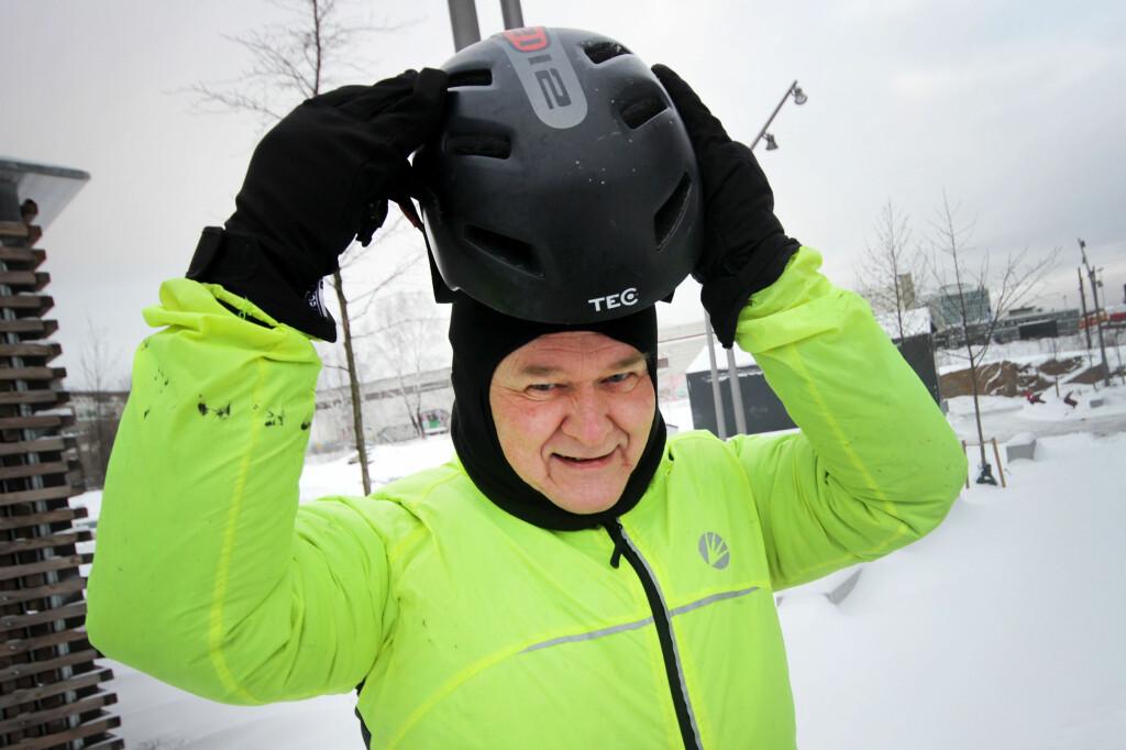 VARM: En tynn, men varm balaklava er ofte bedre løsning enn lue når man skal ha hjelm oppå. Refleksjakke er også smart i vintermørket. Foto: OLE PETTER BAUGERØD STOKKE