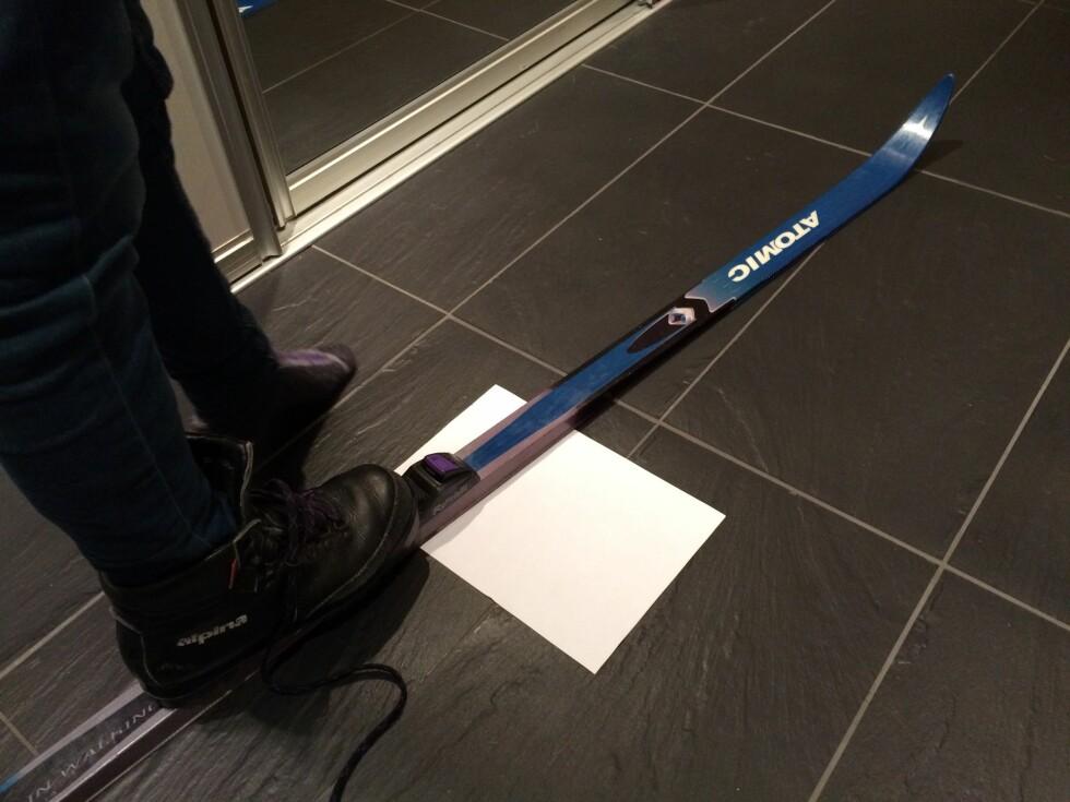 SJEKK SPENNET! Du kan sjekke spennet selv, ved hjelp av den gamle papir-metoden. Eller du kan ta med skiene til sportsbutikken og få det gjort mer vitenskapelig - med en spennmåler. Foto: KRISTIN SØRDAL