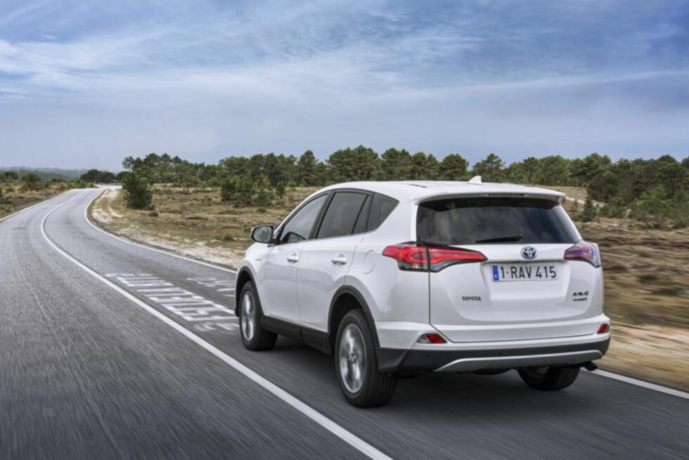 <strong><b>NY SIGNATUR:</strong></b> Også bak har bilen fått en redesignet støtfanger, samt ny signatur i form av LED baklykter.   Foto: Toyota