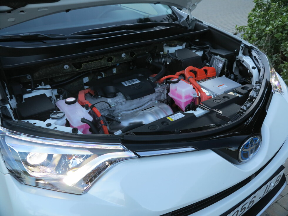 <strong><b>LITEN OG STERK:</strong></b> Selv 2,5-literen gjør ikke mye av seg i motorrommet, men leverer likevel godt med krefter i kombinasjon med elmotorene.  Foto: Fred Magne Skillebæk
