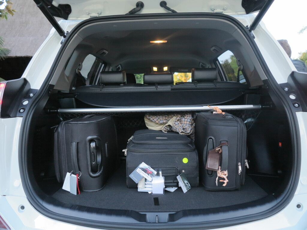 NOEN HINDRE: Bagasjerommet på RAV4 Hybrid har en forhøyning helt fremmme ved setene. I tillegg blir det ikke helt flatt når setene legges ned. Det er prisen du må betale for å få med batteripakken.   Foto: Fred Magne Skillebæk