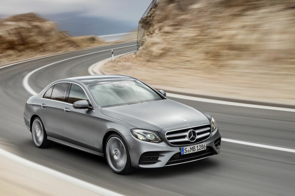HELT NY: 2016-modellen av Mercedes E-klasse er større enn forgjengeren og får en tvers gjennom ny og mindre firesylindret dieselmotor. E 220 d tilbyr dermed ifølge produsenten ikke bare redusert utslipp og mer behagelig gange, men også økt effekt - fra 170 til 194 hestekrefter. Foto: DAIMLER