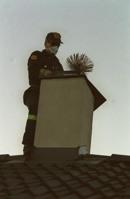 NYE FEIEREGLER: Når feieren skal komme, er det nå kommunen som avgjør. Foto: NTB SCANPIX