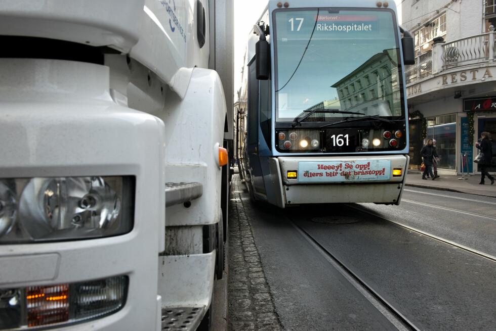 DÅRLIG PLASS:  Trikkens bredde fører til problemer når større kjøretøy parkerer i gatene. Ofte fører dette til store forsinkelser i trafikken.   Foto: NTB SCANPIX