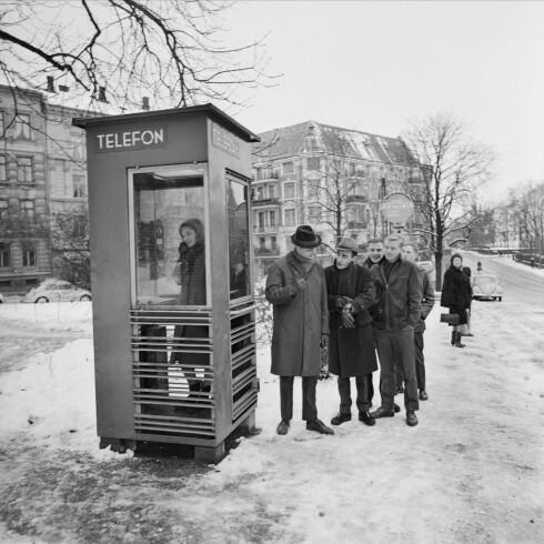 LANG TRADISJON: Da telefonkioskene kom i 1933 var telefoner langt fra allemannseie. I dag er behovet nærmest fraværende, Telenor mister kravet og kioskene legges ned. Her fra Skillebekk i Oslo i 1965.  Foto: HENRIK ØRSTED / OSLO MUSEUM / CC BY-SA