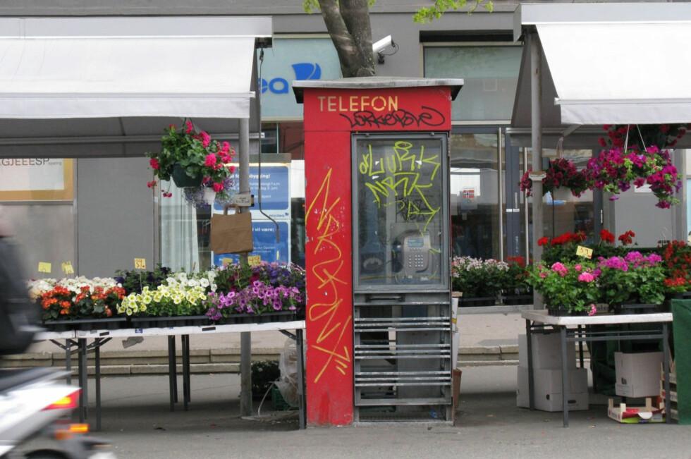 EN DEL AV BYBILDET: Telefonkiosker, som denne på Majorstua fotografert i 2009, har i 83 år vært en del av det norske bybildet. Nå forsvinner summetonen i alle sammen.  Foto: NINA BRATLAND / TELEMUSEET
