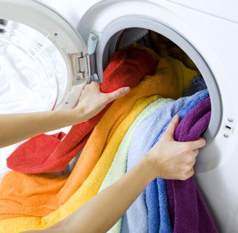 TO FLUER I EN SMEKK: Baderomsmatten kan ifølge Malin Skaar godt vaskes sammen med brukte håndklær. Foto: NTB SCANPIX
