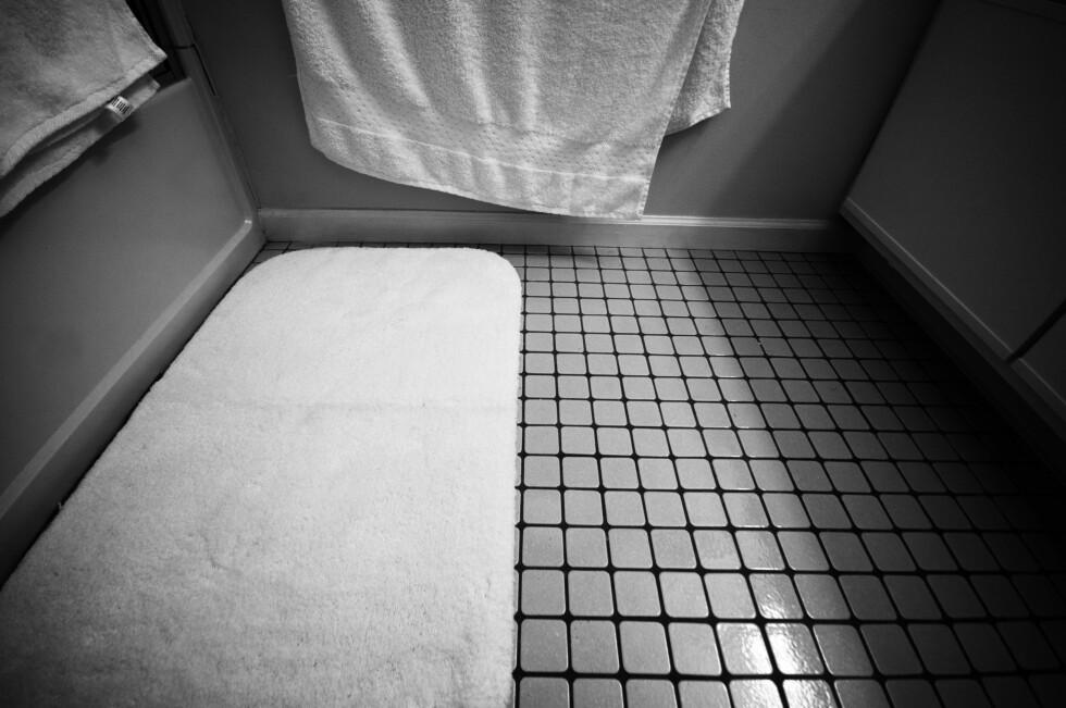 BØR VASKES: Det kan være deilig å tørke føttene på baderomsmatten etter en dusj, men den bør vaskes opptil flere ganger i måneden.  Foto: JAKE GAGNE/FLICKR CREATIVE COMMONS 2.0
