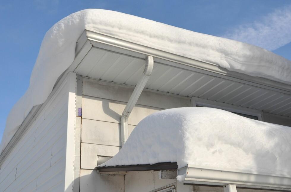 MÅK: Ser taket ditt slik ut i vinter, bør du snarest finne fram stige og måkeredskap. Foto: SHUTTERSTOCK/LESTER BALAJADIA/SCANPIX/NTB