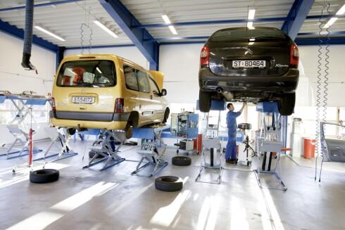 BUKKEN OG HAVRESEKKEN: Leverandører til bilverkstedene har økt prisene med 20 prosent på ett år. Dette er noe bileierne må dekke.  Foto: PAUL SIGVE AMUNDSEN/NTB / SCANPIX