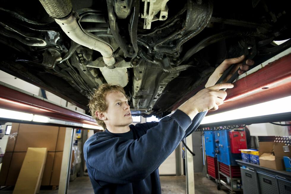 DYRT Å SKRU: Sentrale aktører innen bilbransjen skrudde opp prisene i 2015. Fra årsskiftet har de økt prisene med ytterligere 4 prosent. Og de er ventet å øke mer... Foto: BJØRN FROSTAD/NTB/SCANPIX
