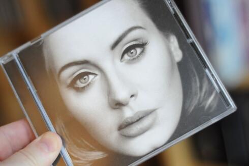 MILLIONSALG: Adeles «25» finnes bare som vinyl, CD og nedlastbare filer. CD-en selger best. Foto: TORE NESET