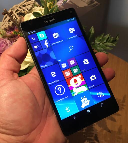 MOBIL OG PC: Microsoft Lumia 950 kan kobles til skjerm, tastatur og mus - og erstatte behovet for stasjonær PC. Foto: BJØRN EIRIK LOFTÅS