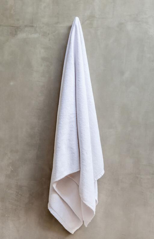 DÅRLIG TØRK - MER BAKTERIER: Håndklær som henger slik, tørker saktere enn håndklær som henger på en stang. Dårlig tørk betyr gode vekstforhold for bakterier. Foto: MRCMOS/FOTOLIA/NTB SCANPIX