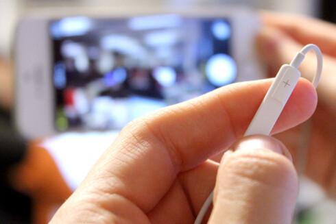 FJERNUTLØSER: Med øreproppene koblet til iPhonen, trenger du ikke å være nær telefonen når du skal ta bilder.