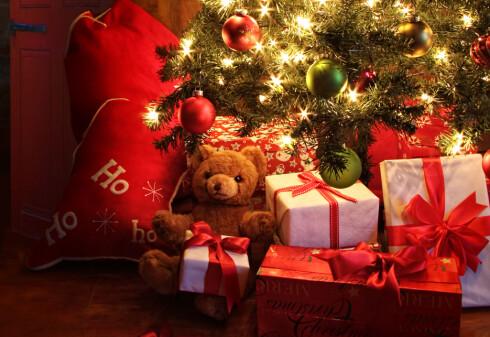 UNDER TREET: Julegavene hang opprinnelig på treet, og de var spiselige. Senere kom tradisjonen med pakker på gulvet. Foto: SHUTTERSTOCK