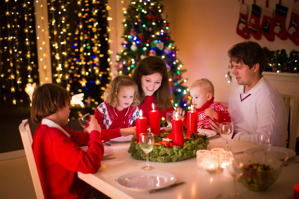 <b>JULETRADISJONER:</b> Både gaver, ribbe og julenisse er relativt nye fenomener historisk sett. Og at vi spiser kl. 17 er først og fremst av hensyn til barna. Foto: SHUTTERSTOCK / FAMVELD / NTB SCANPIX