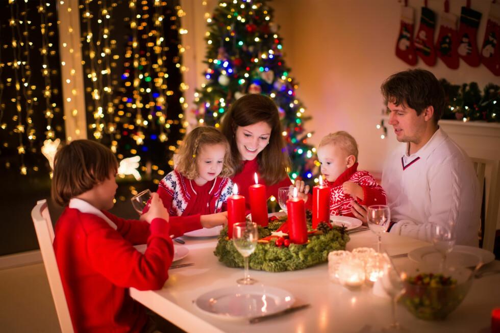 JULETRADISJONER: Både gaver, ribbe og julenisse er relativt nye fenomener historisk sett. Og at vi spiser kl. 17 er først og fremst av hensyn til barna. Foto: SHUTTERSTOCK / FAMVELD / NTB SCANPIX