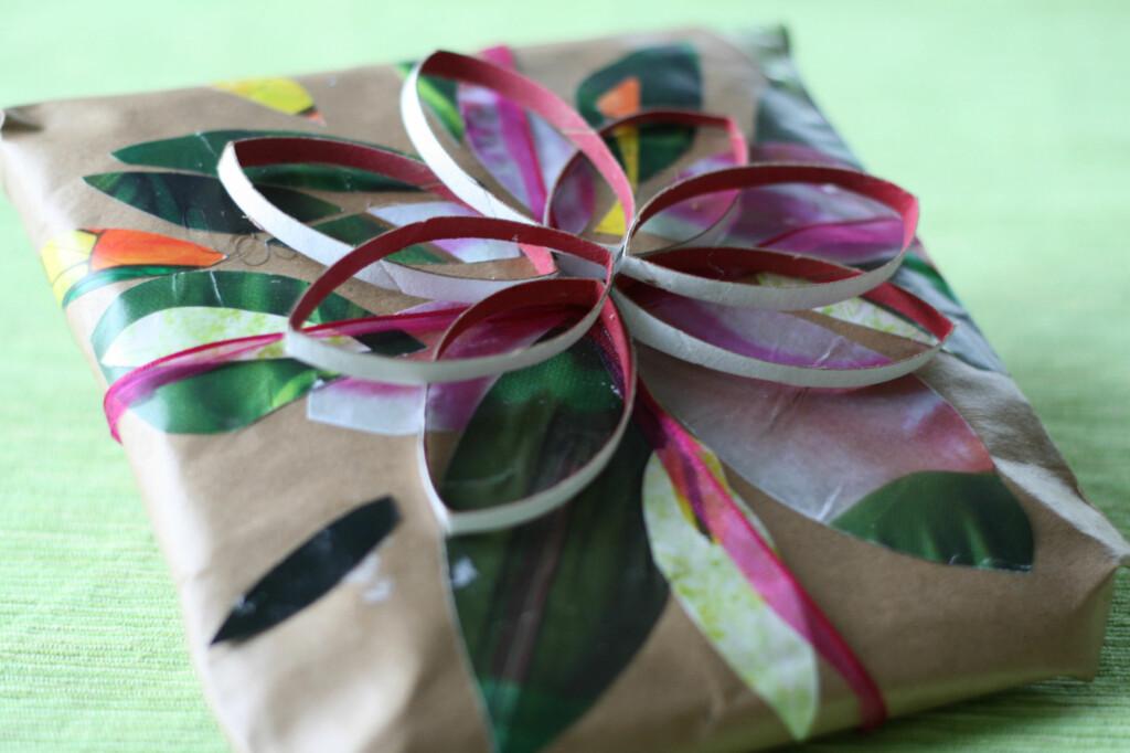 PYNT:  Gråpapir kan pyntes med omtrent hva som helst. For eksempel utklipp fra ukeblader. FOTO: Handmade gift wrap av erika g. , by-sa