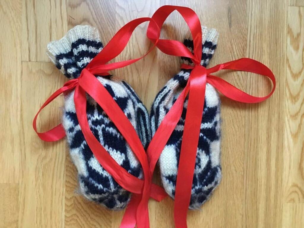 VOTTER:  Et par koselig votter med silkebånd er ingen dum idé hvis du har gått tom for julepapir. Foto: HANNA SIKKELAND