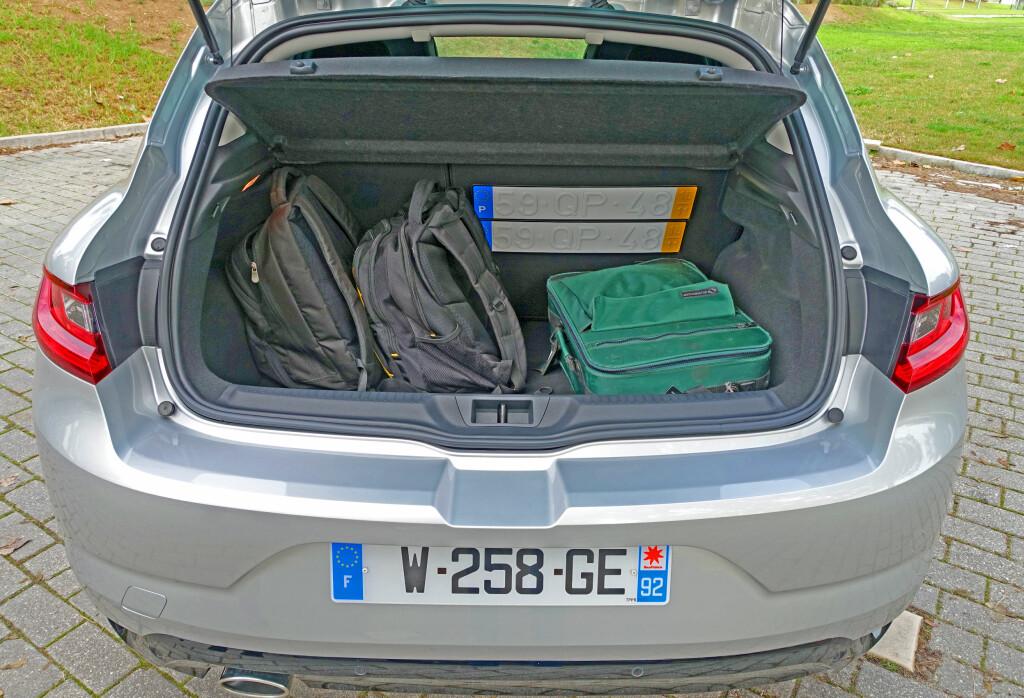 BRA PLASS: Bagasjeplassen er som i VW Golf. Lasteterskelen er høy, karosseristivhet kommer til en pris.